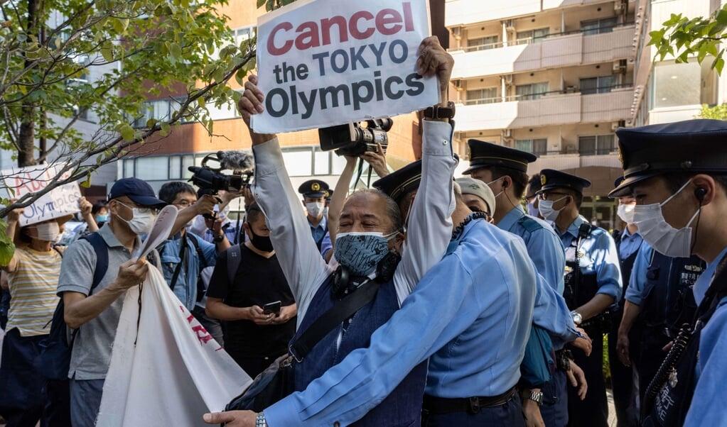 Japanners demonstreerden zaterdag bij het hotel van IOC-voorzitter Thomas Bach tegen de Olympische Spelen in hun land.  (beeld afp / Yuki Iwamura)