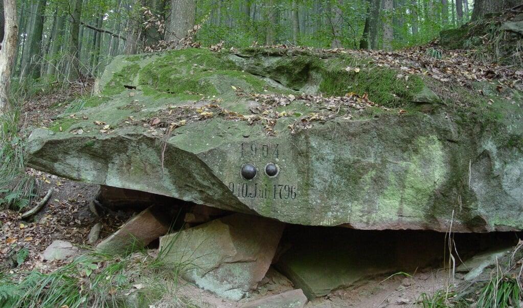 Een steen met daarin kogels herinnert aan de veldslag op 9 juli 1796.  (beeld wikimedia commons)