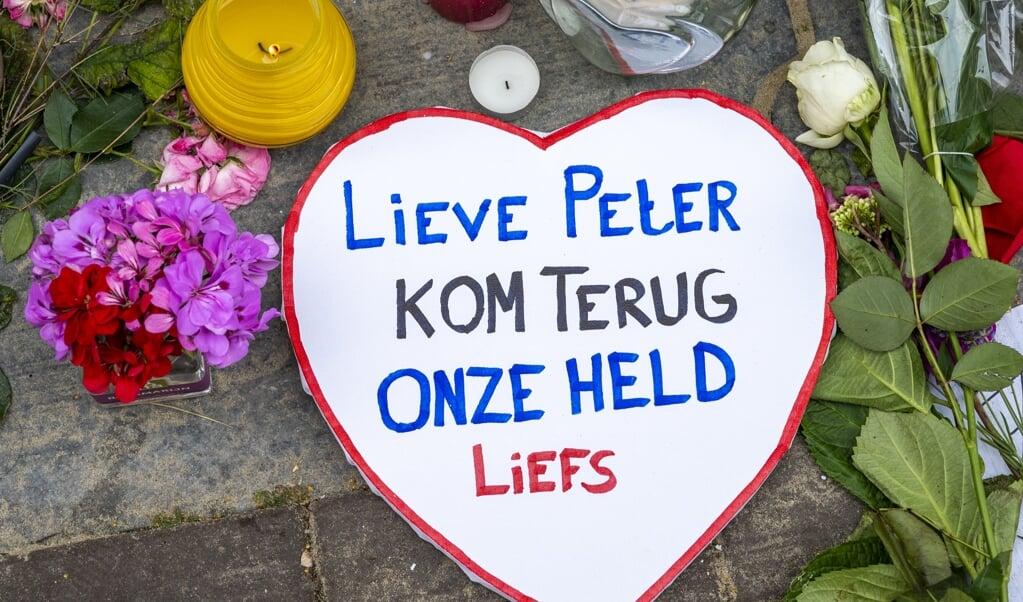 Een steunbetuiging aan Peter R. de Vries in de Lange Leidsedwarsstraat.  (beeld anp / Evert Elzinga)