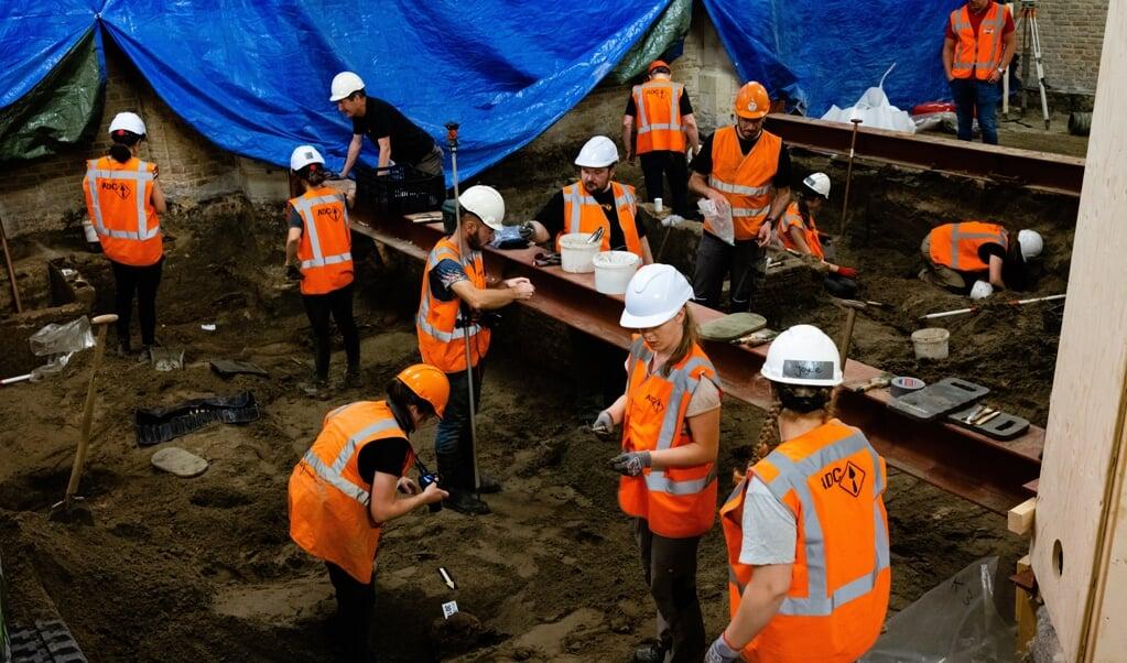 Aan de opgravingen in de Delftse Nieuwe Kerk 'gaat veel denkwerk vooraf'.  (beeld Leonard Walpot)