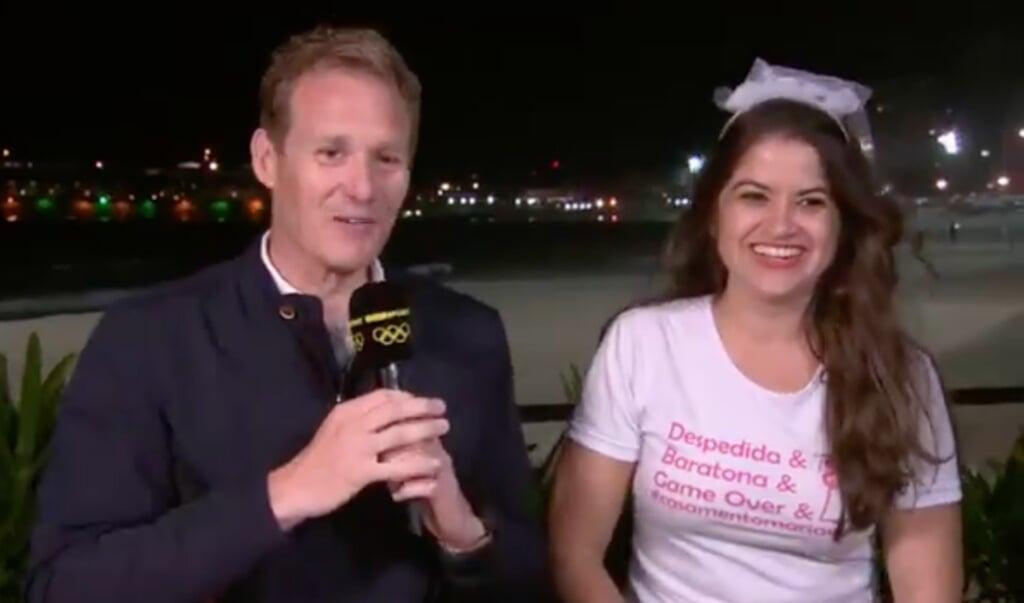 Dan Walker met bruid Maria de Cezar in een live-uitzending vanuit Rio.  (beeld bbc)