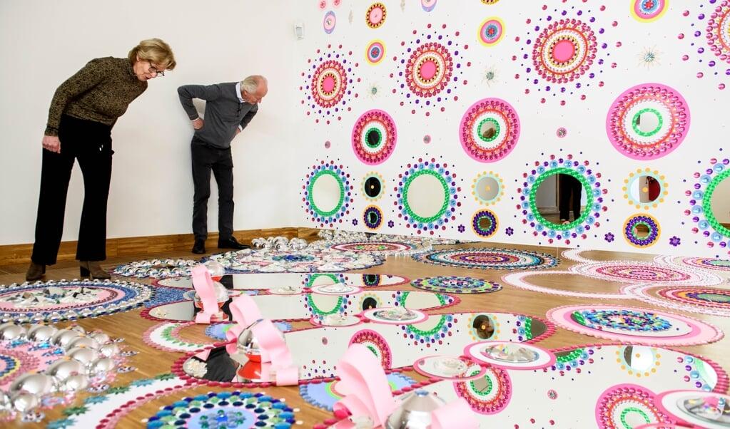 Suzan Drummen maakte een glimmend werk op basis van haar fascinatie als kind voor glimmende snoeppapiertjes.  (beeld Mike Bink fotografie)