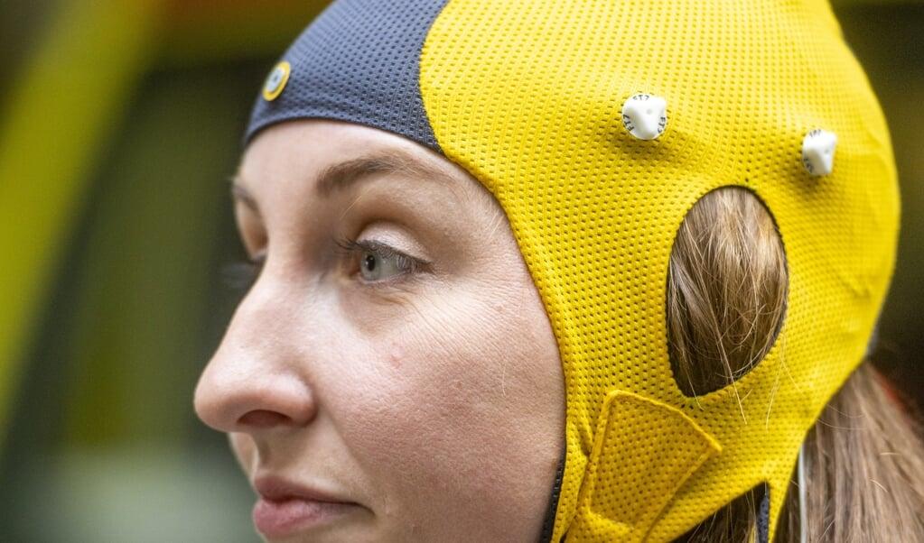 Neurotechnologieën, zoals dit EEG-apparaat om een herseninfarct mee op te sporen, maken verbinding tussen apparatuur en het zenuwstelsel mogelijk.  (beeld anp / Evert Elzinga)
