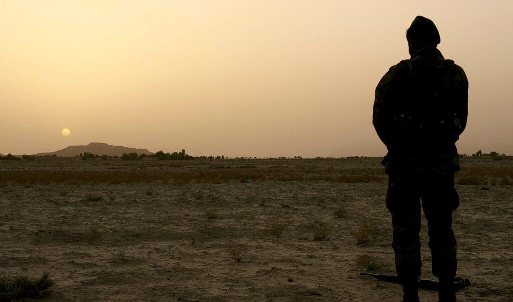 Een soldaat van de nationale veiligheidstroepen pauzeert om te bidden.  (beeld afp / John D. McHugh)