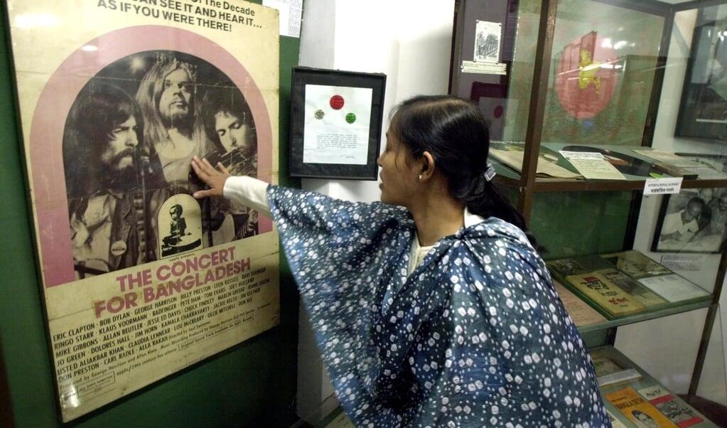 Een poster van het Concert For Bangladesh in het Liberation War Museum in Dhaka, de hoofdstad van Bangladesh.  (beeld afp / Jewel Samad)