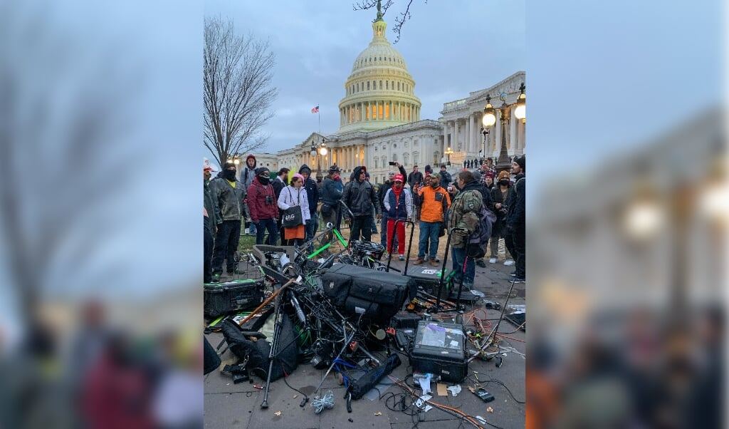 2021-01-06 18:04:00 People stand around media equipment destroyed by Trump supporters outside the US Capitol in Washington DC on January 6, 2021.   Donald Trump's supporters stormed a session of Congress held today, January 6, to certify Joe Biden's election win, triggering unprecedented chaos and violence at the heart of American democracy and accusations the president was attempting a coup.  Camille CAMDESSUS / AFP  (beeld Donald Trump's Supporters Stormed a Session of Congress Held Today, January 6, to Certify joe Biden's Election Win, Triggering Unprecedented Chaos and Violence at the Heart of American Democracy and Accusations the President was Attempting a Coup.  camille Camdessus / afp)