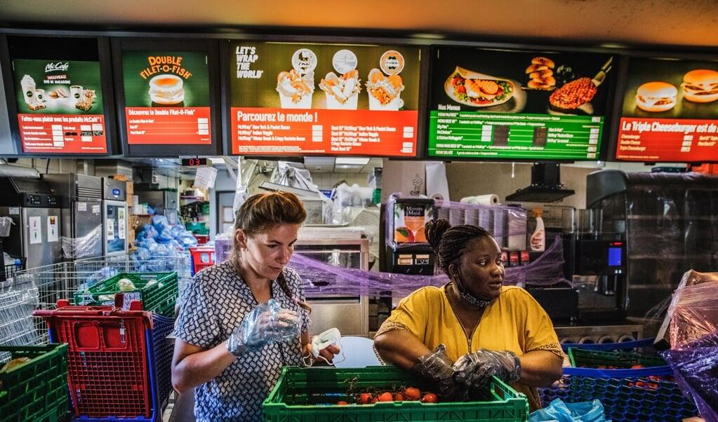 De hamburgers hebben plaatsgemaakt voor groente, fruit, olijfolie, melk, meel, pasta, chocoladekoekjes.  (beeld Aurélie Geurts)