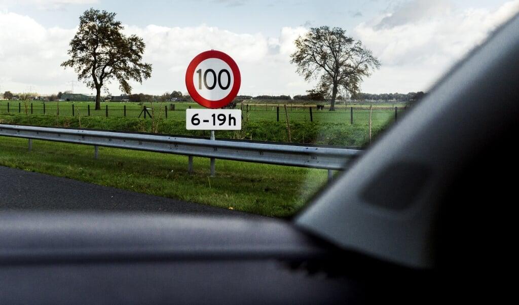De maximumsnelheid op de snelweg ging in maart vorig jaar overdag overal terug naar honderd kilometer per uur.   (beeld anp / Koen van Weel)
