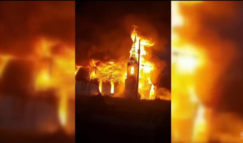 De 108-jaar oude anglicaanse kerk in Gitwangak (British-Colombia) brandde begin juli volledig af.  (beeld youtube)