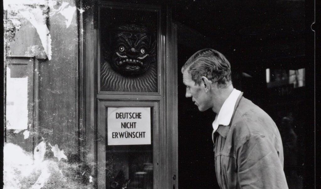 Begin mei 1954 werd er in Nederland actie gevoerd tegen de groeiende stroom Duitse toeristen.  (beeld IISG Ben van Meerendonk)