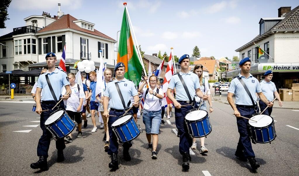 De aftrap van het jaarlijkse wandelevenement vond dinsdag plaats bij het Vrijheidsmuseum in het Gelderse Groesbeek met een vlaggentocht. Aan de kinderen van het #Vteam de eer om de verschillende vlaggen te dragen.   (beeld anp / Sem van der Wal)