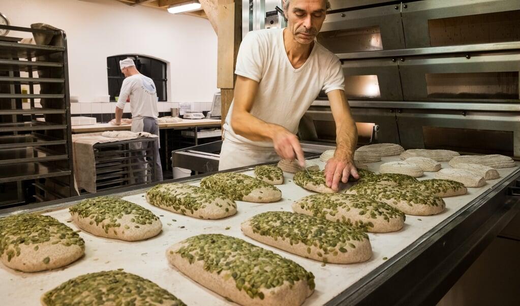 Bakker René van der Veer: 'Toen ik begon met bakken wist ik niet eens wat zuurdesem was.'  (beeld Femke de Winter)
