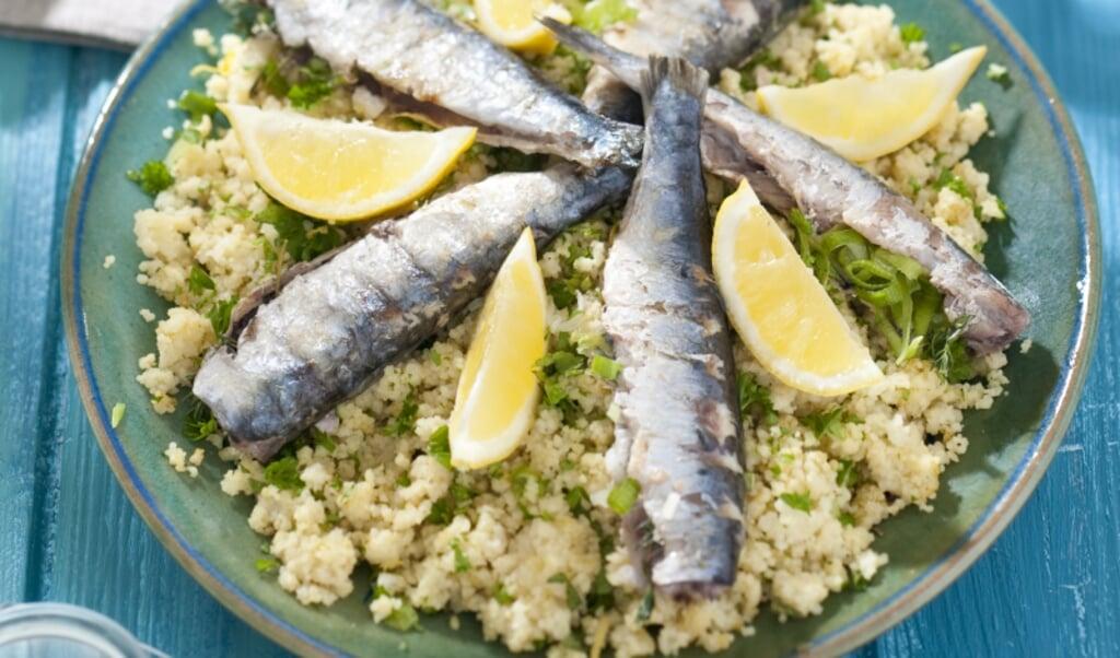 Gegrilde sardines met couscoussalade.  (beeld voedingscentrum)
