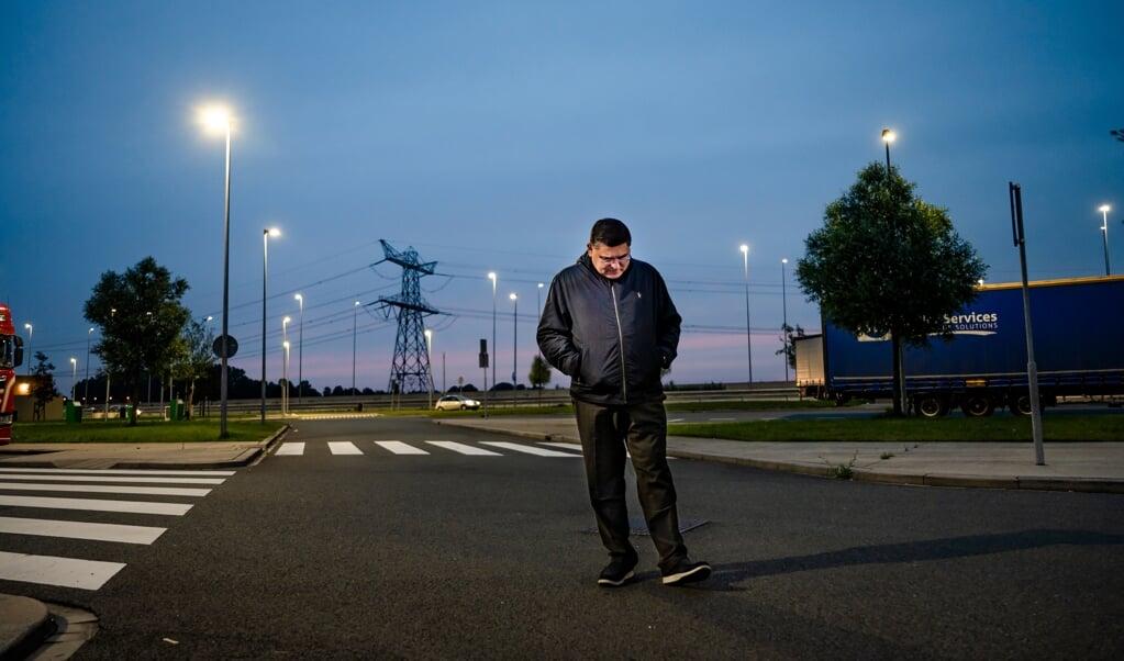 Samuel Lee op parkeerplaats Honswijck, langs de snelweg A1 bij Muiden.  (beeld Martin Waalboer)