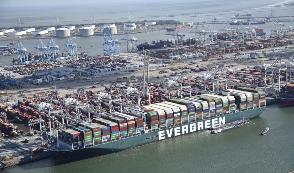 Luchtfoto van het containerschip Ever Given bij de ECT Delta terminal in de Rotterdamse haven. Het schip dat het Suezkanaal blokkeerde, blijft in Rotterdam om containers te lossen en te laden.  (beeld anp / Bram van de Biezen)