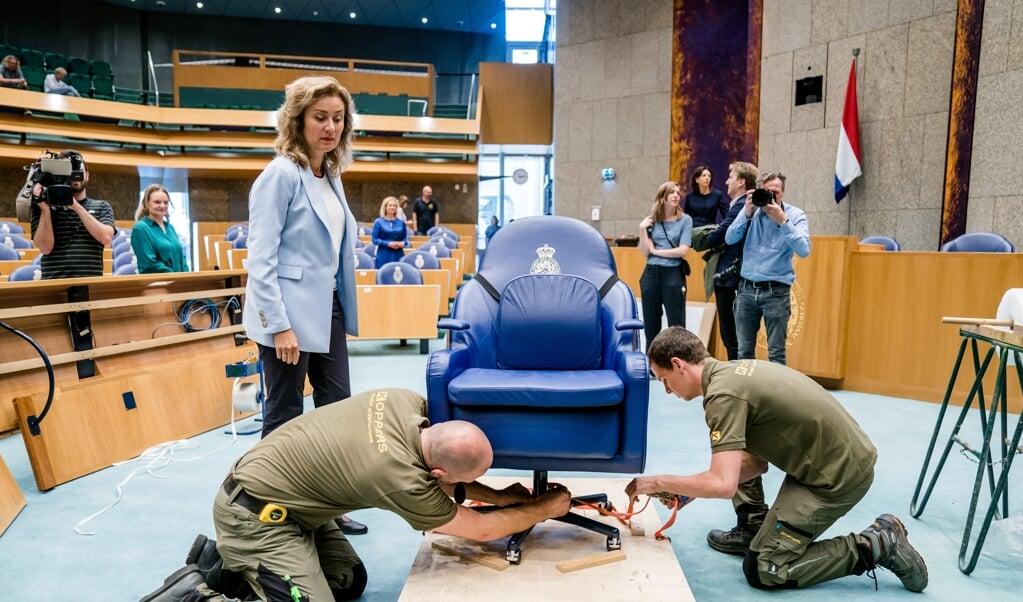 Bij het onderwerp 'Renovatie Binnenhof' komt alles terug wat in de dagelijkse politiek ook speelt.  Kamervoorzitter Vera Bergkamp, vorige week, vlak voor dat de stoelen uit vergaderzaal werden verwijderd.   (beeld anp / Bart Maat)