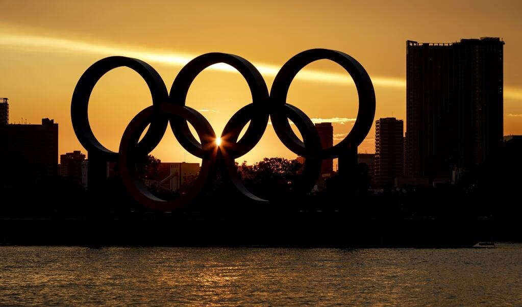 Drijvende olympische ringen met de stad Tokio op de achtergrond Tokio.  (beeld anp / Robin van Lonkhuijsen)