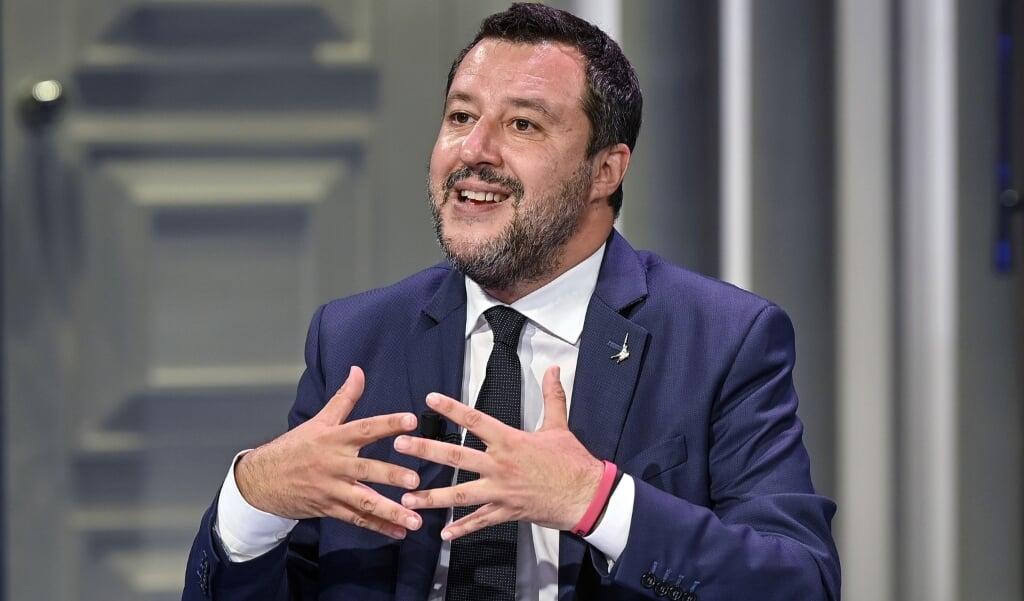 Lega-partijleider Matteo Salvini, fel tegen massa-immigratie, sprong meteen in de bres voor de verdachte, een voormalige politieagent met een wapenvergunning.  (beeld epa / Riccardo Antimiani)