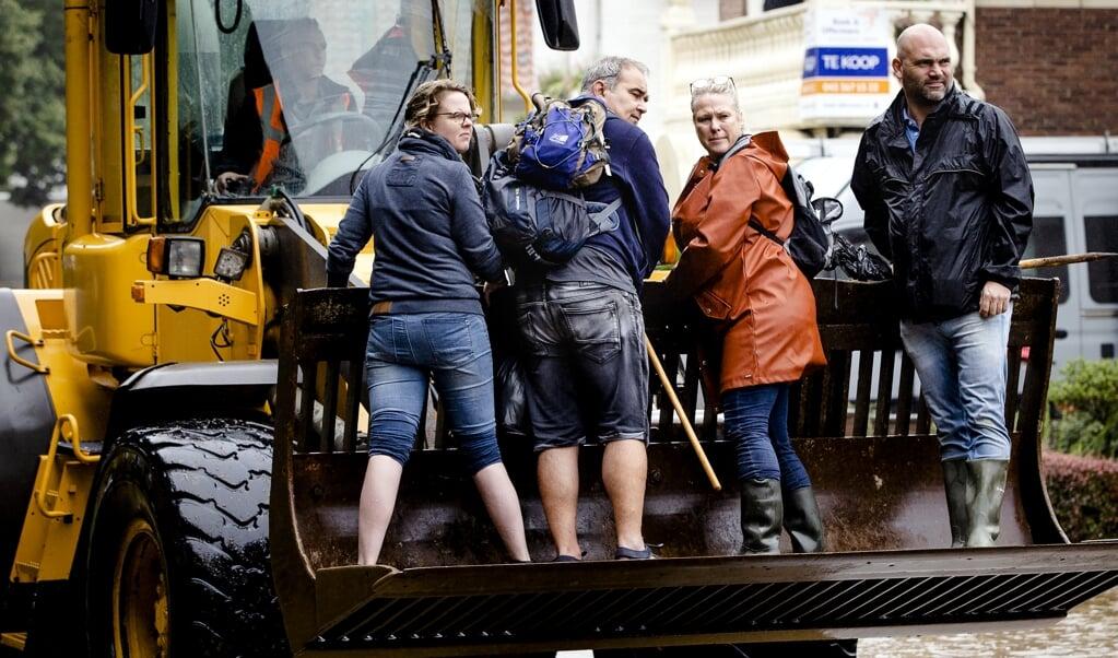 Valkenburg: de brandweer helpt met de evacuatie van mensen uit hun woningen.  (beeld anp / Sem van der Wal)