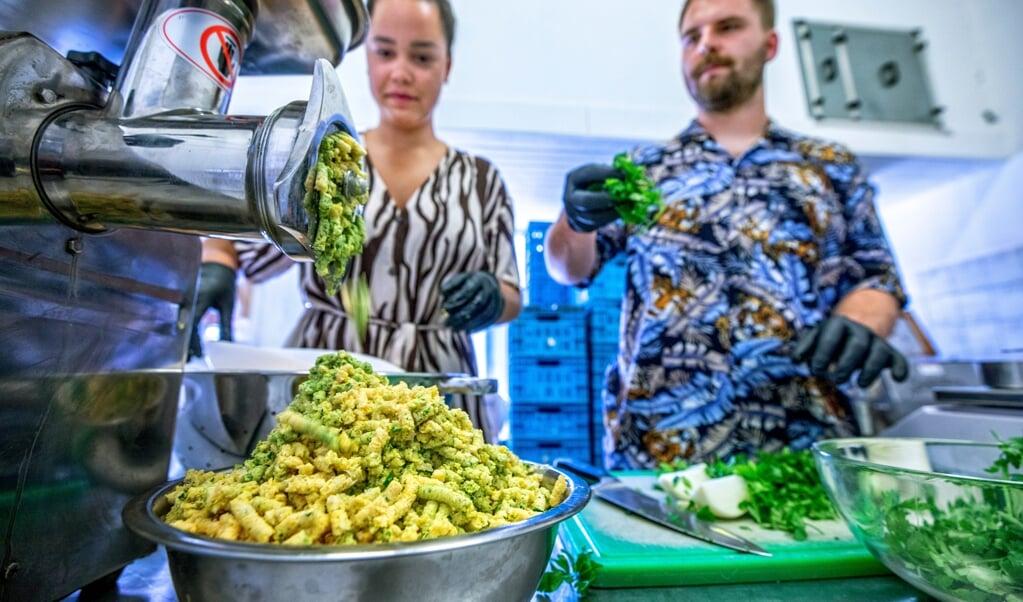 In Rotterdam maken Ayuk Baika en Scifo Minnaard van spinaziepulp broodjes 'falafval'.  (beeld Raymond Rutting)