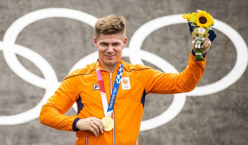 Olympisch kampioen Niek Kimmann juicht met de gouden medaille tijdens de huldiging van het onderdeel cross bij het BMX op het Ariake Urban Sports Park tijdens de Olympische Spelen van Tokio.   (beeld anp / Koen van Weel)