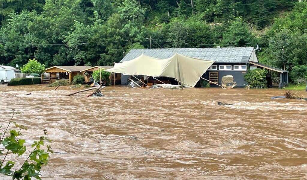 Het water kwam met vernietigende kracht over de camping in Kyllburg.  (beeld Camp Kyllburg)