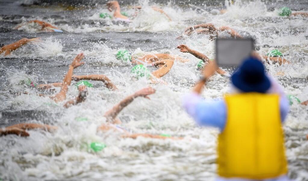 Deelnemers aan de triatlon voor vrouwen deze week.  (beeld Epa/laurent Gillieron)