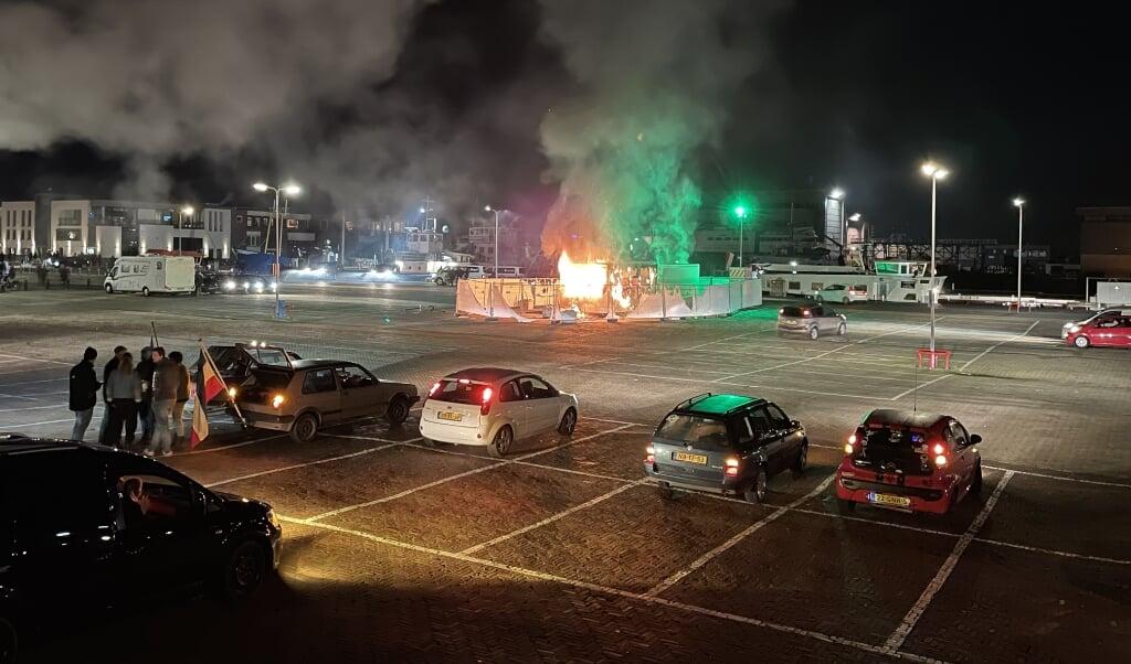 Op 23 januari werd de GGD-testlocatie op Urk in brand gestoken uit protest tegen de avondklok.   (beeld anp)