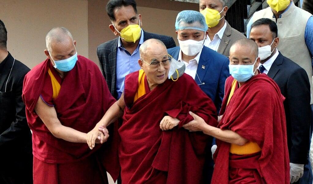 De Dalai lama op 6 maart 2021 bij een Indiaas ziekenhuis na een covid-vaccinatie.   (beeld Epa / Sanjay Baid)