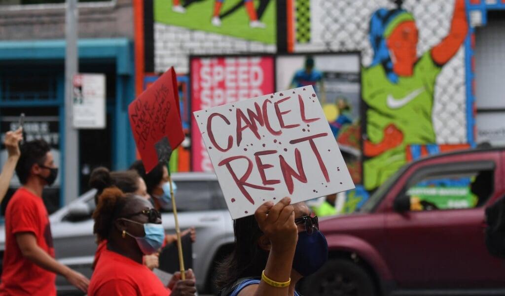 Amerikanen protesteren tegen huisuitzettingen in New York City.  (beeld afp / Angela Weiss)