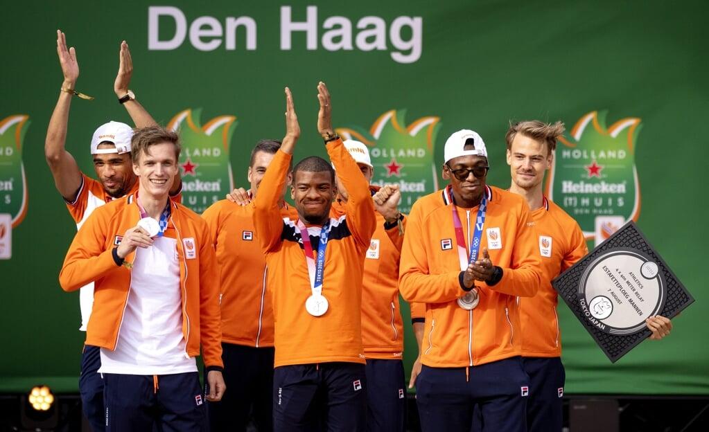 Liemarvin Bonevacia, Terrence Agard, Tony van Diepen, Ramsey Angela en Jochem Dobber tijdens de huldiging op het TeamNL Olympic Festival. De atleten wonnen zilver op de 4 x 400 meter estafette op de Olympische Spelen in Tokio.  (beeld anp / Ramon van Flymen)