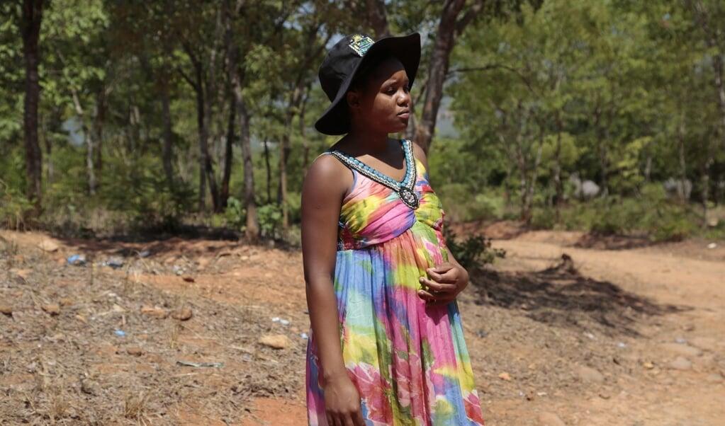 De Zimbabwaanse tiener Sahumani was een van de honderden meisjes die vorig jaar zwanger raakten in de lockdown.  In Zimbabwe is de minimumleeftijd waarop iemand mag trouwen niet wettelijk vastgelegd.   (beeld epa / Aaron Ufumeli)