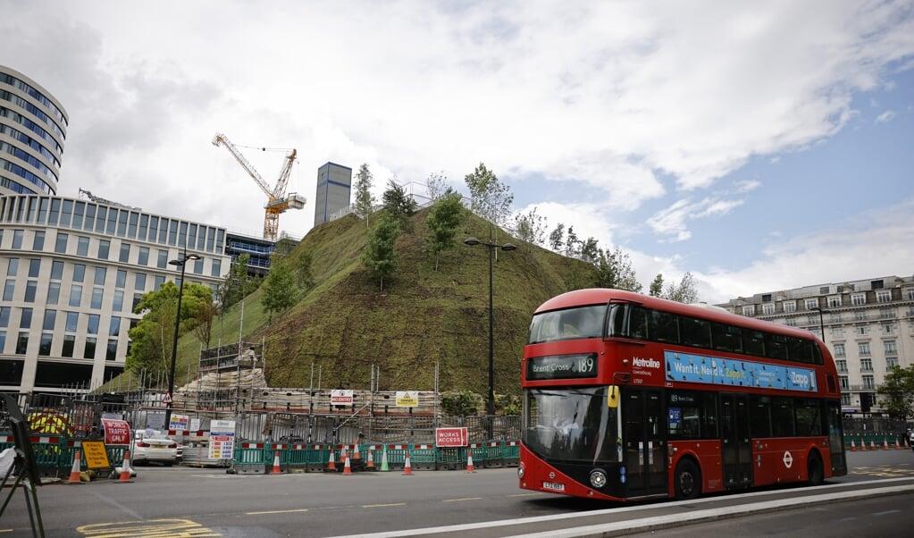 Marble Arch Mound, de Nederlandse heuvel, in het Londense West-End. De autoriteiten geven toe dat de tijdelijke attractie, die door de Britten volop wordt bekritiseerd en bespot, 'nog niet klaar is voor bezoekers'.  (beeld afp / Tolga Akmen)