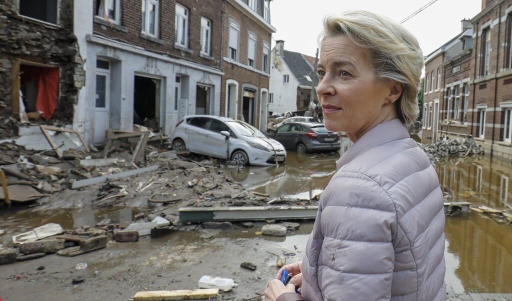 Voorzitter Ursula von der Leyen van de Europese Commissie bezocht vorige maand Pepinster nadat het Belgische dorp zwaar getroffen was door overstromingen.   (beeld epa / Julien Warnand)