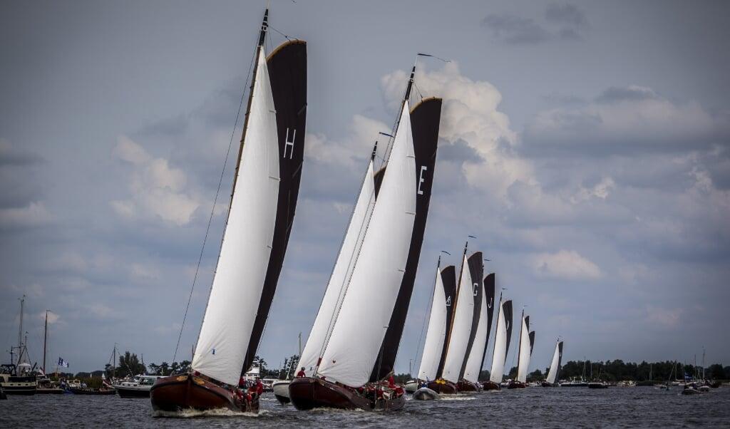 Skûtsjes in actie op het water bij Grou tijdens de eerste wedstrijd van het traditionele skûtsjesilen.   (beeld anp / Siese Veenstra)