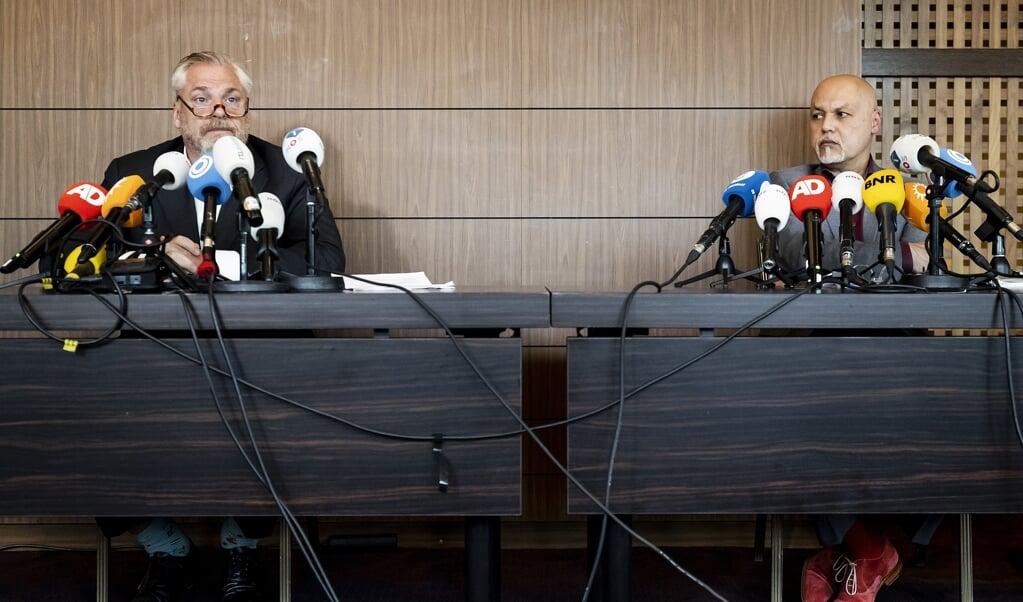 Advocaten Peter Schouten en Onno de Jong gaven een persconferentie na gesprek met Justitie over onderzoek naar de moord op Peter R. de Vries.  (beeld anp / Remko de Waal)