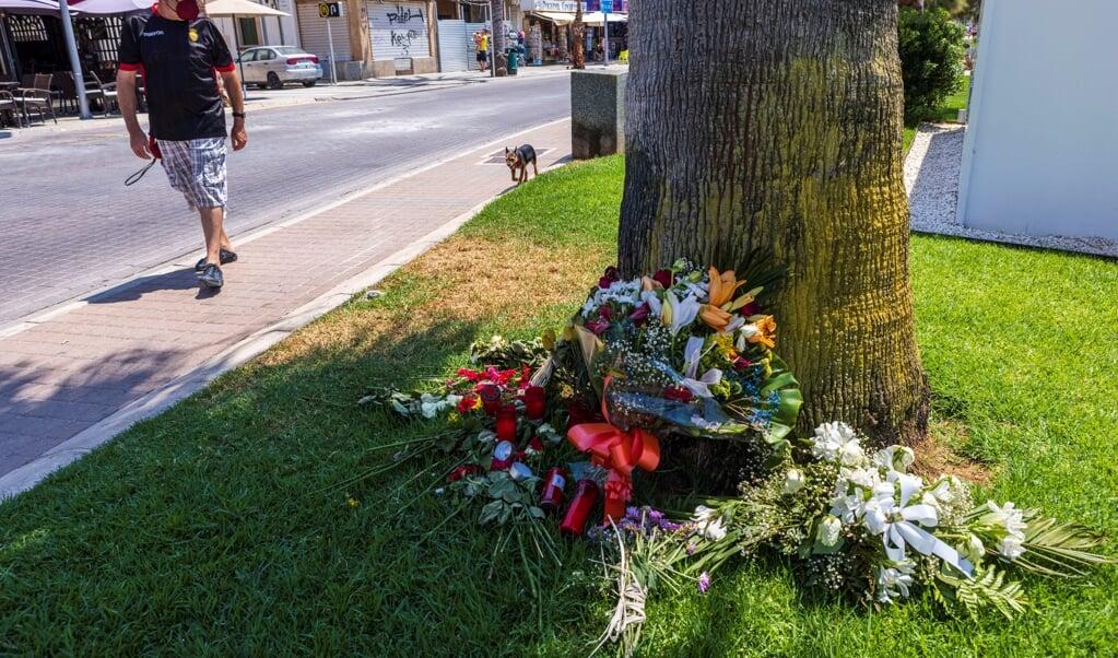 Bloemen vormen een herinnering aan de 'geweldsuitbarsting' van uitgaande Nederlandse jongeren op de bewuste boulevard in Mallorca waar op 14 juli een Nederlander door landgenoten dodelijk werd mishandeld.  (beeld epa / Cati Cladera)