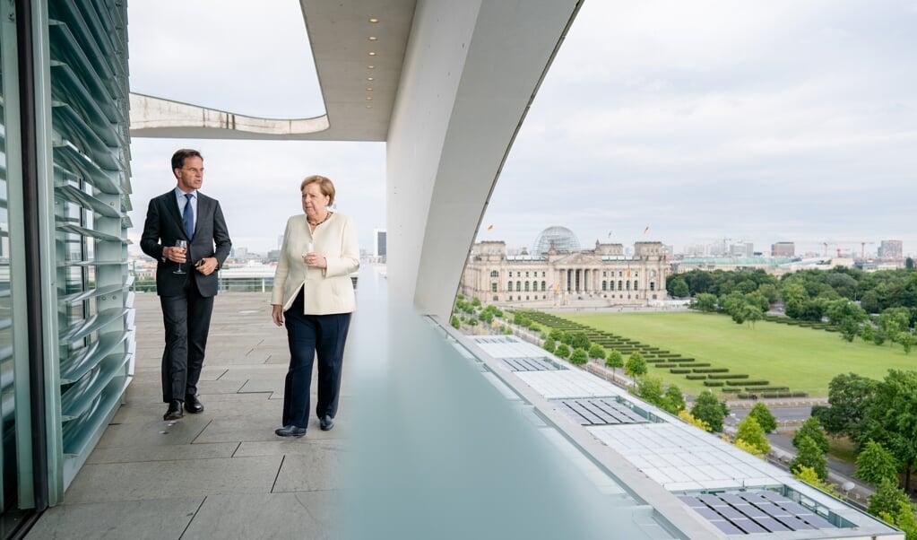 Als de volgende Duitse regering Merkels economische beleid voortzet, heeft dit een negatief effect op de economie, wat Nederland zeker zal merken. Beeld: demissionair minister-president Mark Rutte in gesprek met Angela Merkel.  (beeld anp / Bart Maat)