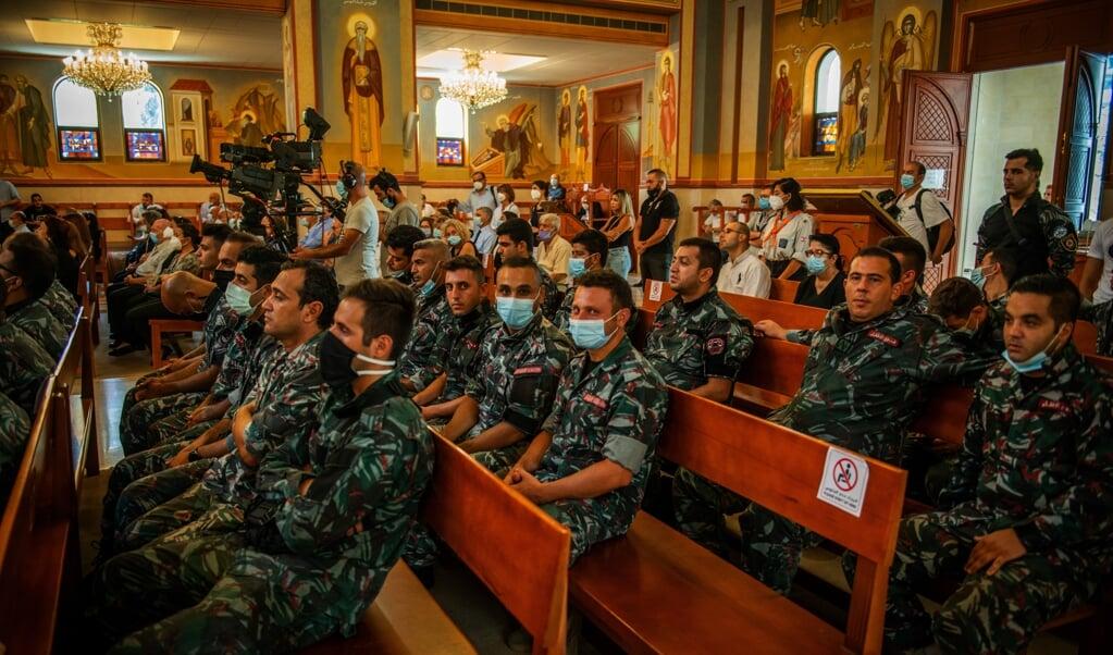 Brandweermannen tijdens een mis ter gedachtenis aan de slachtoffers, onder wie tien omgekomen collega's en Joe.  (beeld René Clement)