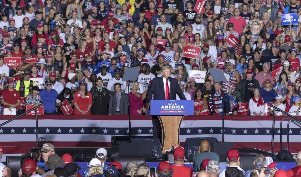 Voormalig president van de Verenigde Staten Donald Trump spreekt zijn aanhangers toe in Sarasota, Florida, op 3 juli van dit jaar.   (beeld epa / Rod Millington)