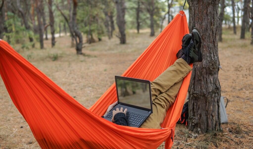 Een workation kan heilzaam zijn, mits je die niet beschouwt als vakantie.  (beeld istock)