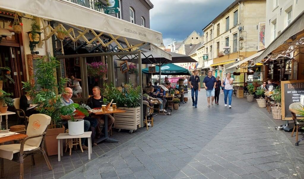 De terrassen zitten vol met toeristen.  (beeld nd)