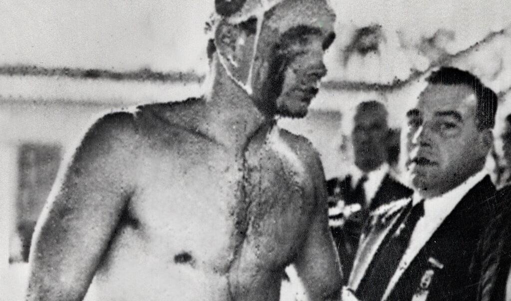 De Hongaarse Ervin Zador kreeg tijdens het waterpolo tegen de Russen in 1956 flinke klappen.  (beeld afp)