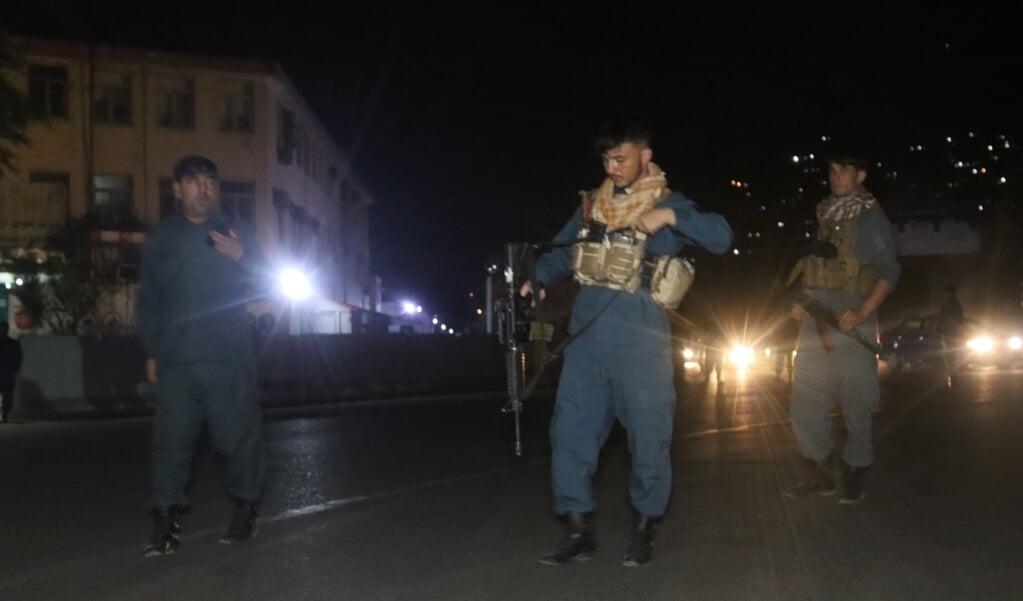 Kabul, vlak na een grote bomaanslag. De minister van Defensie ontkwam aan deze aanslag op zijn huis en het vuurgevecht erna.  (beeld epa / Jawed Kargar)