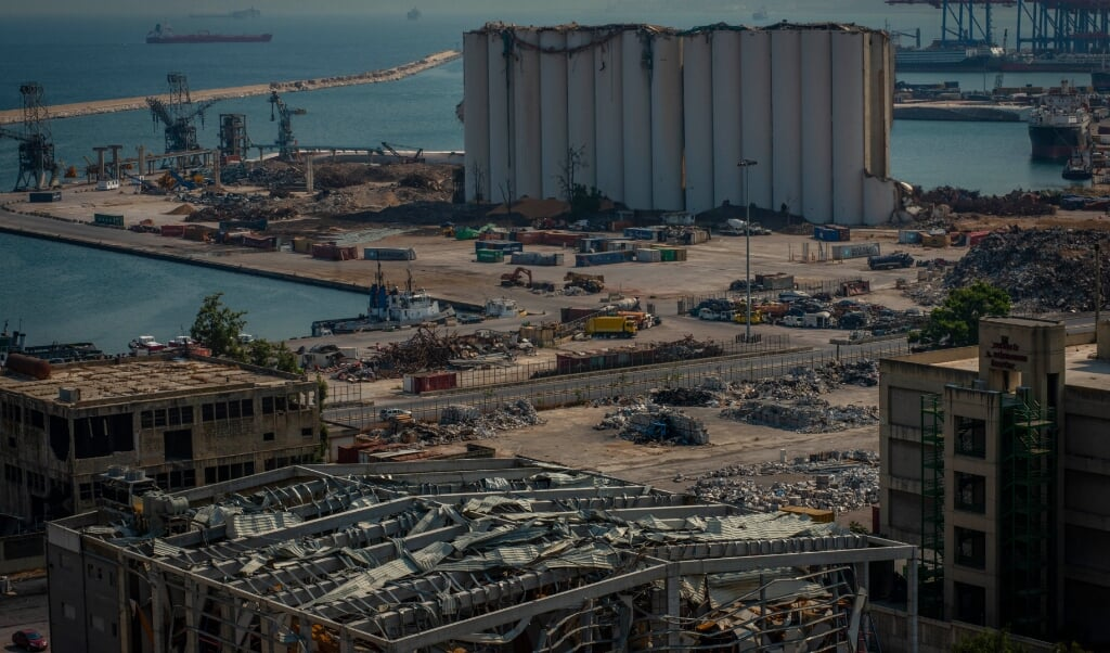 Een jaar na de ontploffing is de schade in de haven nog duidelijk zichtbaar.  (beeld René Clement)
