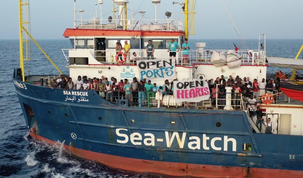 Vluchtelingen aan boord van de Sea-Watch 3 vragen om 'open havens' en 'open harten'  (beeld epa / Sea-Watch)