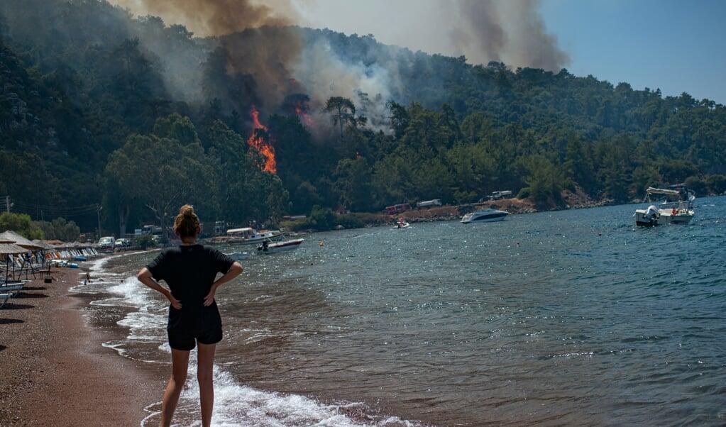 De bossen rond de Turkse badplaats Marmaris zijn in vlammen opgegaan.  (beeld afp / Yasin Akgul)