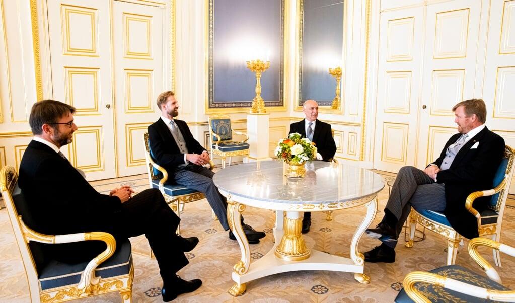 De nieuwe staatssecretarissen Steven van Weyenberg en Dennis Wiersma en de nieuwe minister Tom de Bruijn (v.l.n.r.) hadden dinsdag, rond hun beëdiging, een onderonsje met koning Willem-Alexander.  (beeld anp / Patrick van Katwijk)