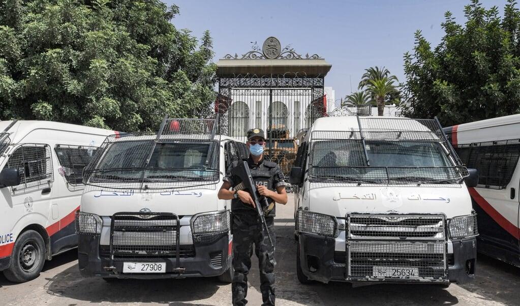 Speciale veiligheidstroepen bewaken het Tunesische parlement in de hoofdstad Tunis, eind juli, nadat president Kais Saied het parlement tijdelijk heeft ontbonden. Deze ondemocratische maatregel is verdeeld ontvangen en raakt ook de toekomst van de gematigde islamitisch-democratische partij Ennahda.  (beeld afp / Fethi Belaid)