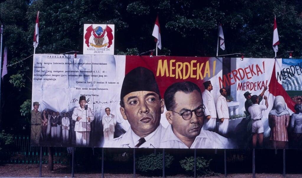 Viering van de veertigjarige onafhankelijkheid in 1985, met afbeeldingen van de hoofdrolspelers Soekarno en Hatta.   (beeld wikimedia)